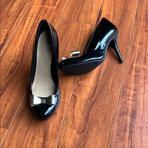 Shoes - Black round toe heels with gold bow